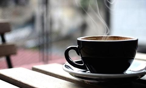 Βάζει αλάτι στον καφέ - Μόλις μάθετε γιατί θα το κάνετε κι εσείς (pics)