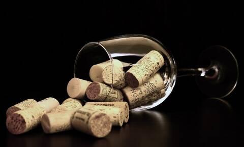 Θέλετε να ανοίξετε μπουκάλι με κρασί και δεν έχετε ανοιχτήρι; Αυτή είναι η λύση (pics+vid)