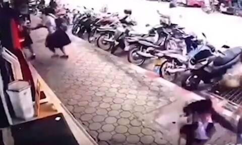 Βίντεο - ΣΟΚ: Η στιγμή που 22.000 Volt χτυπάνε γυναίκα - Έζησε από θαύμα