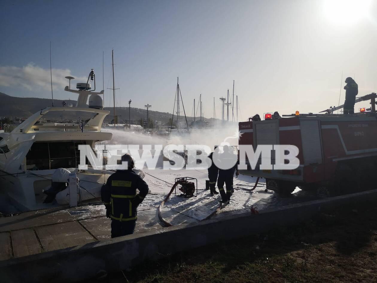 Πυρκαγιά σε σκάφη στη μαρίνα Γλυφάδας Γυναίκα πήδηξε στη θάλασσα για να σωθεί