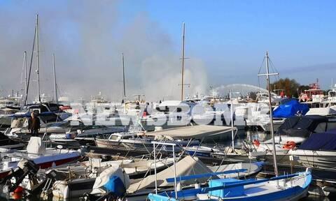 Πυρκαγιά σε σκάφη στη μαρίνα Γλυφάδας: Γυναίκα πήδηξε στη θάλασσα για να σωθεί (pics+vids)