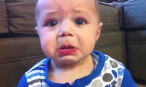 Δεν πάει ο νου σας τι λένε οι γονείς στο μωρό και αυτό βάζει τα κλάματα (vid)