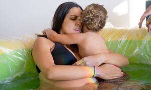 Απίστευτες φωτογραφίες: Πιτσιρίκα βοηθά τη μητέρα της να γεννήσει (pics)