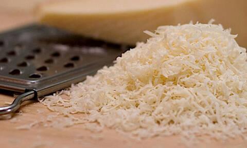 Τρομερό: Τόσο καιρό τρίβουμε ΛΑΘΟΣ το τυρί στον τρίφτη!