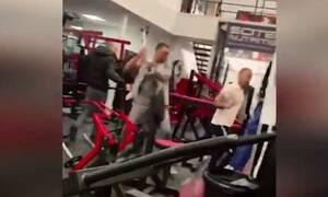 Απίστευτες εικόνες σε γυμναστήριο: Έπαιξαν ξύλο με σιδερένιες μπάρες (video)
