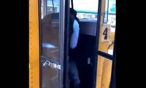 Τρομερό! Οδηγός σχολικού πέταξε έξω «μαθητή» - Η αποκάλυψη θα σας σοκάρει (vid)