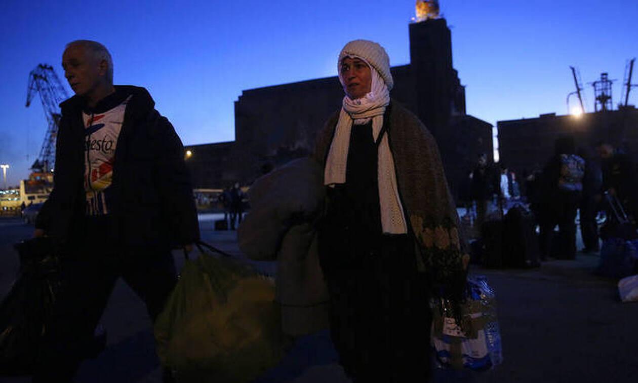 Στο λιμάνι του Πειραιά πρόσφυγες και μετανάστες από Μυτιλήνη και Χίο