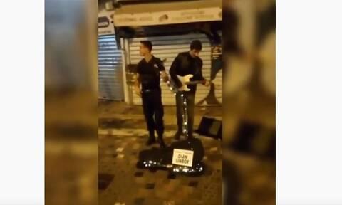 Αστυνομικός παίρνει το μικρόφωνο και τραγουδά μαζί με πλανόδιο στο Μοναστηράκι