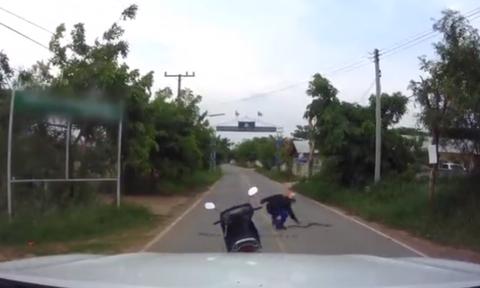 Βίντεο: Μοτοσικλετιστής πιάνει φίδι και το χτυπάει κάτω σαν χταπόδι!
