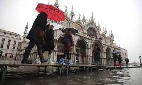 Πήγε να βγάλει σέλφι σε κανάλι της Βενετίας - Αυτό που έπαθε θα το θυμάται μια ζωή (pics)