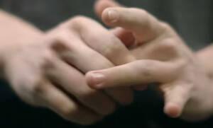 Kάνεις «κρακ» τα δάχτυλά σου; Mάλλον δεν θα το κάνεις ξανά μετά από αυτό