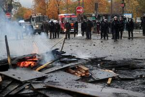 Χάος στο Παρίσι: Ξανά στους δρόμους τα «κίτρινα γιλέκα» - Τα έκαναν γυαλιά καρφιά