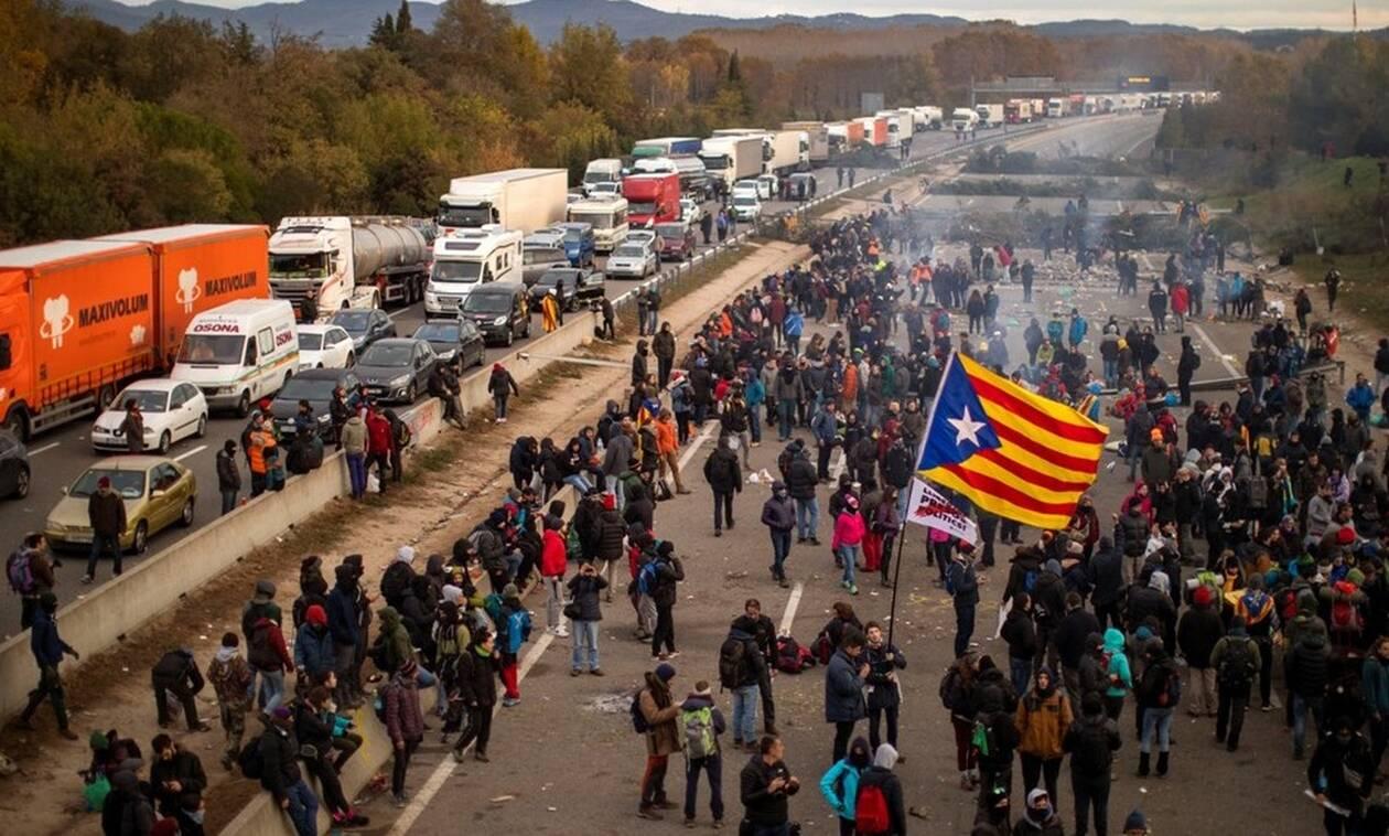 Βαρκελώνη: Διαδηλωτές υπέρ της ανεξαρτησίας συγκεντρώθηκαν στον κεντρικό σιδηροδρομικό σταθμό