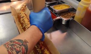 Γυναίκα έφαγε τεράστιο χοτ ντογκ 5.000 θερμίδων σε 25 λεπτά! (video)