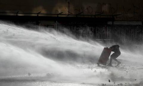 Χιλή: Διαδηλωτής πέθανε αβοήθητος - Αστυνομικοί εμπόδισαν τραυματιοφορείς να τον βοηθήσουν