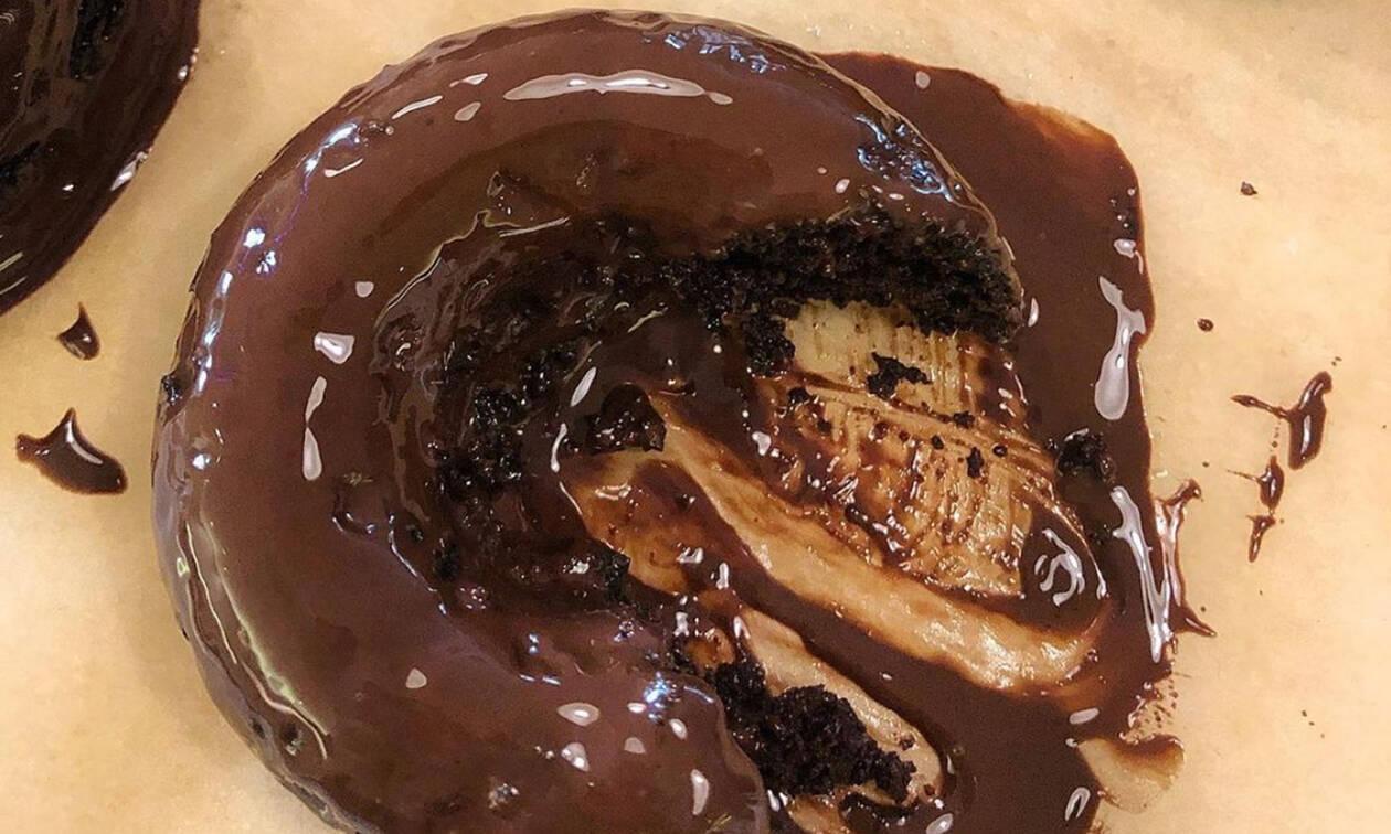 Αυτά τα κολασμένα donuts είναι ψημένα στο φούρνο και κρύβουν ένα μυστικό υλικό