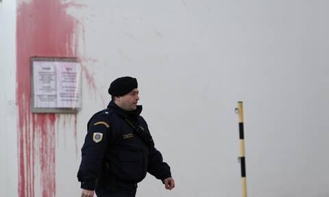Ρουβίκωνας: Πέταξαν μπογιές στο δημαρχείο του Βύρωνα