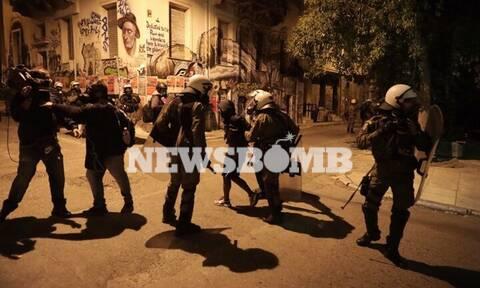ΤΩΡΑ: Επεισόδια στα Εξάρχεια - «Σκούπα» της ΕΛ.ΑΣ. στην πλατεία - Στην μάχη και η Αύρα