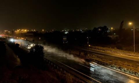 Καιρός: «Ποτάμι» η παραλιακή στην Γλυφάδα από τη δυνατή βροχόπτωση