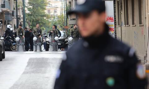 Αστυνομική επιχείρηση ΤΩΡΑ στα Εξάρχεια - Τι αναζητά η Αστυνομία σε πολυκατοικία στη Στουρνάρη