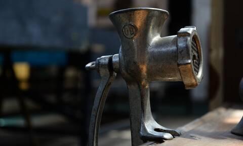 Σοκ στο Ηράκλειο: Του «πήρε» τα δάχτυλα η κιμαδομηχανή