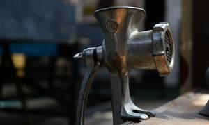 Σοκ στο Ηράκλειο: Του «πήρε» τα δάχτυλα η κιμαδομηχανή - Μόνο 1 κατάφεραν να σώσουν οι γιατροί