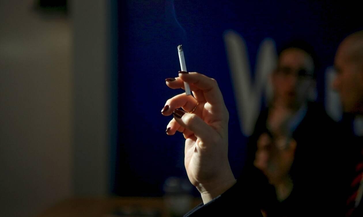 Αντικαπνιστικός νόμος: Αυτά είναι τα πρόστιμα για τους καπνιστές – Ποιοι άλλοι πληρώνουν