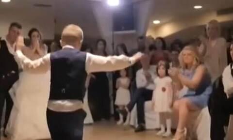 Πιτσιρικάς χορεύει... ζεϊμπέκικο στο γάμο της αδερφής του και τους αφήνει όλους άφωνους (video)