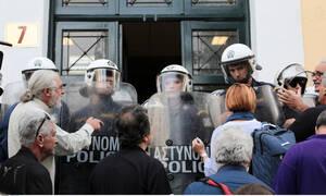 Ένταση στην Ευελπίδων κατά τη μεταγωγή των συλληφθέντων στα Εξάρχεια (vid)