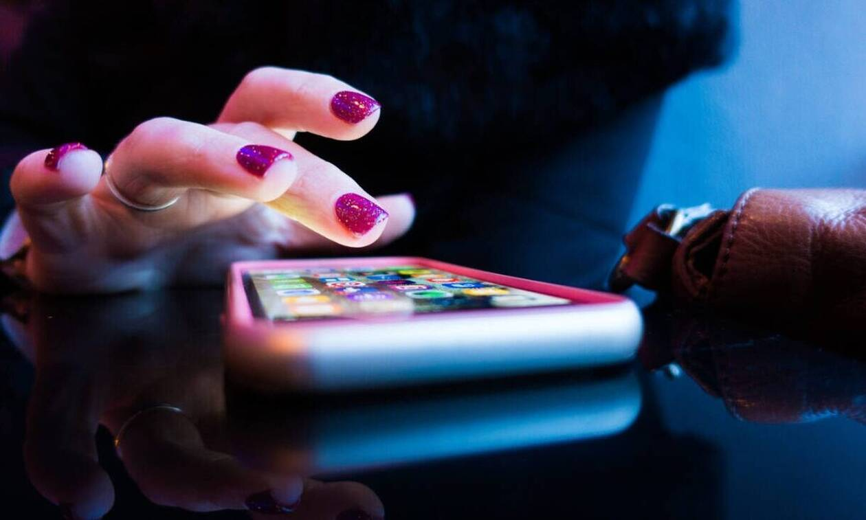 ΣΟΚ: Πήγε να κάνει αναβάθμιση στο κινητό της - Δείτε τι της συνέβη (pics)