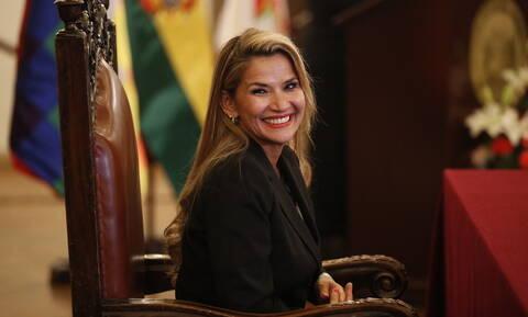 Βολιβία: Η μεταβατική πρόεδρος δέχεται απειλές για τη ζωή της