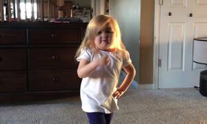 Ο χορός της πιτσιρίκας έγινε viral - Δείτε τη (vid)