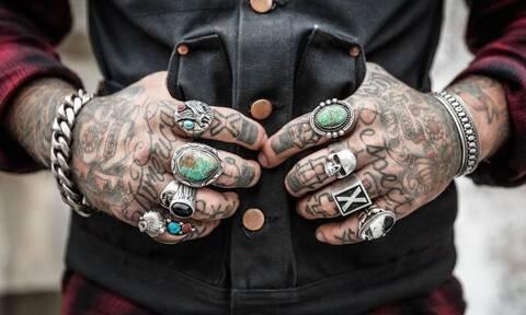 Σάλος: Απαγορεύονται τα τατουάζ για όσους είναι κάτω των 21 ετών