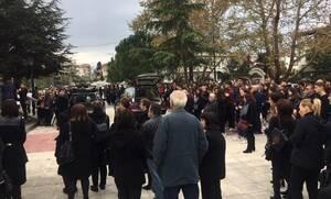Κατερίνη: Σπαραγμός στην κηδεία μάνας και κόρης που σκοτώθηκαν στη χαράδρα - Τα μεγάλα «γιατί»