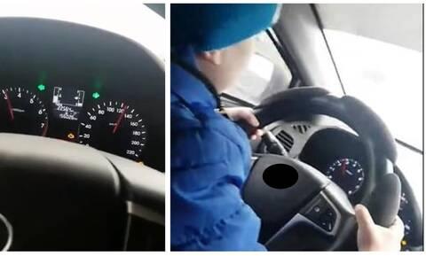 Βίντεο-σοκ: Άφησε τον 6χρονο γιο της να… οδηγεί με 130χλμ/ώρα
