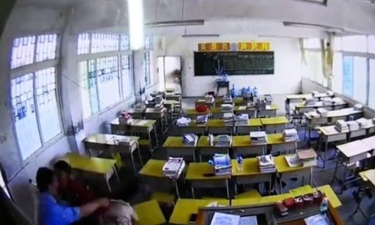 Σοκ: Άνδρας πλάκωσε στο ξύλο δασκάλα μέσα στην αίθουσα (pics+vid)