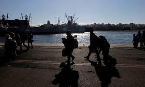 Στον Πειραιά δύο πλοία με 70 μετανάστες και πρόσφυγες