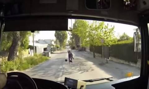 Μενίδι: Απίστευτο ζιγκ-ζαγκ λεωφορείου για να αποφύγει γυναίκα που πετάχτηκε στο δρόμο (video)