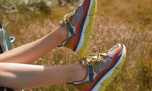 Τα πολύχρωμα sneakers από τη νέα συλλογή του οίκου Chloé θέλουμε να τα φοράμε κάθε μέρα