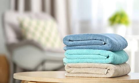 Αυτός είναι ο σωστός τρόπος για να διπλώσετε τις πετσέτες μπάνιου (vid)