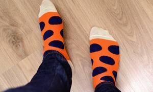 Ο τρόπος να διπλώσετε τις κάλτσες για να μην πιάνουν χώρο στο συρτάρι (vid)