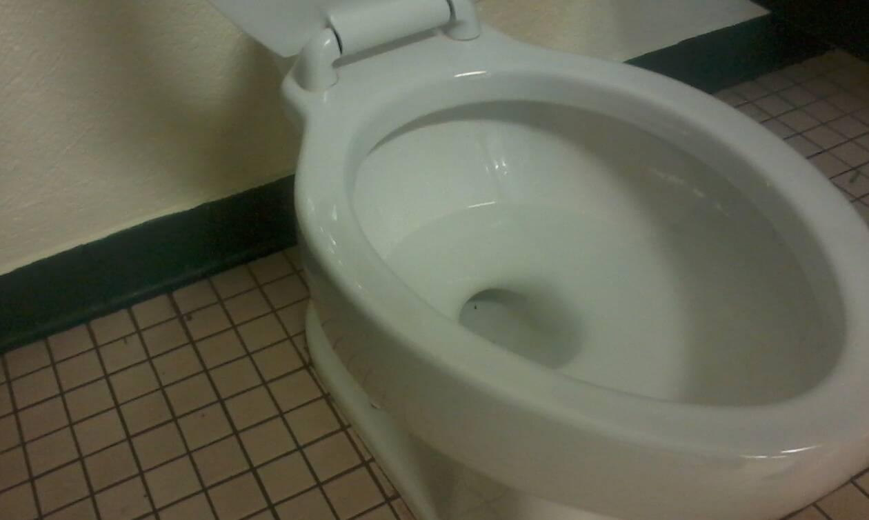 Με αυτό το κόλπο θα κάνετε τη λεκάνη στο μπάνιο σας να μυρίζει υπέροχα... (video)