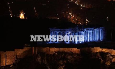 Εντυπωσιακό: Η Ακρόπολη φωτίστηκε στα μπλε – Δείτε το λόγο (pics)