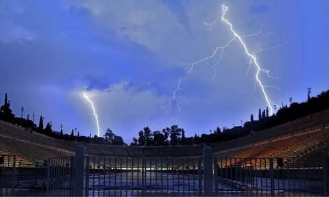 Καιρός ΤΩΡΑ: Ισχυρή καταιγίδα στην Αττική - Ποτάμια οι δρόμοι