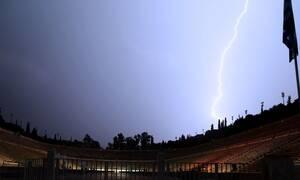 Καιρός ΤΩΡΑ: Έγινε η νύχτα… μέρα στην Αθήνα από τους κεραυνούς (pics)