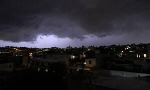 Καιρός: Έτσι ξεκίνησε η καταιγίδα στην Αθήνα – Το μαύρο σύννεφο που έπνιξε την Αττική