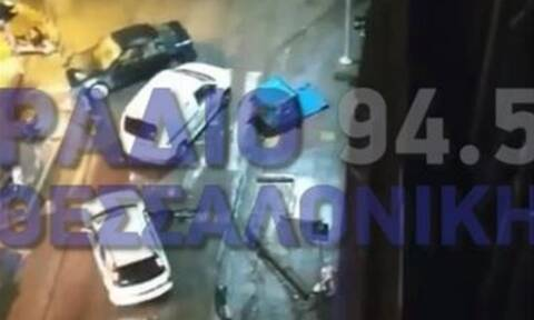 Θεσσαλονίκη: Παρέσυρε κάδους, χτύπησε αυτοκίνητα, παράτησε το αυτοκίνητο και έφυγε