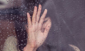 Πόσο κακό κάνει το νερό της βροχής στα μαλλιά και το δέρμα σου;