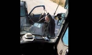 Σαντορίνη: Παπάς σπάει πούλμαν με λοστό μετά από τρακάρισμα!