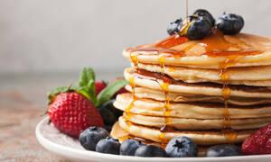 Είστε λάτρεις των pancakes; Αυτές τις πέντε συνταγές θα τις λατρέψετε (vid)